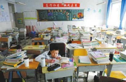 蜗牛男孩不能行走 全班63名同学做他的双腿